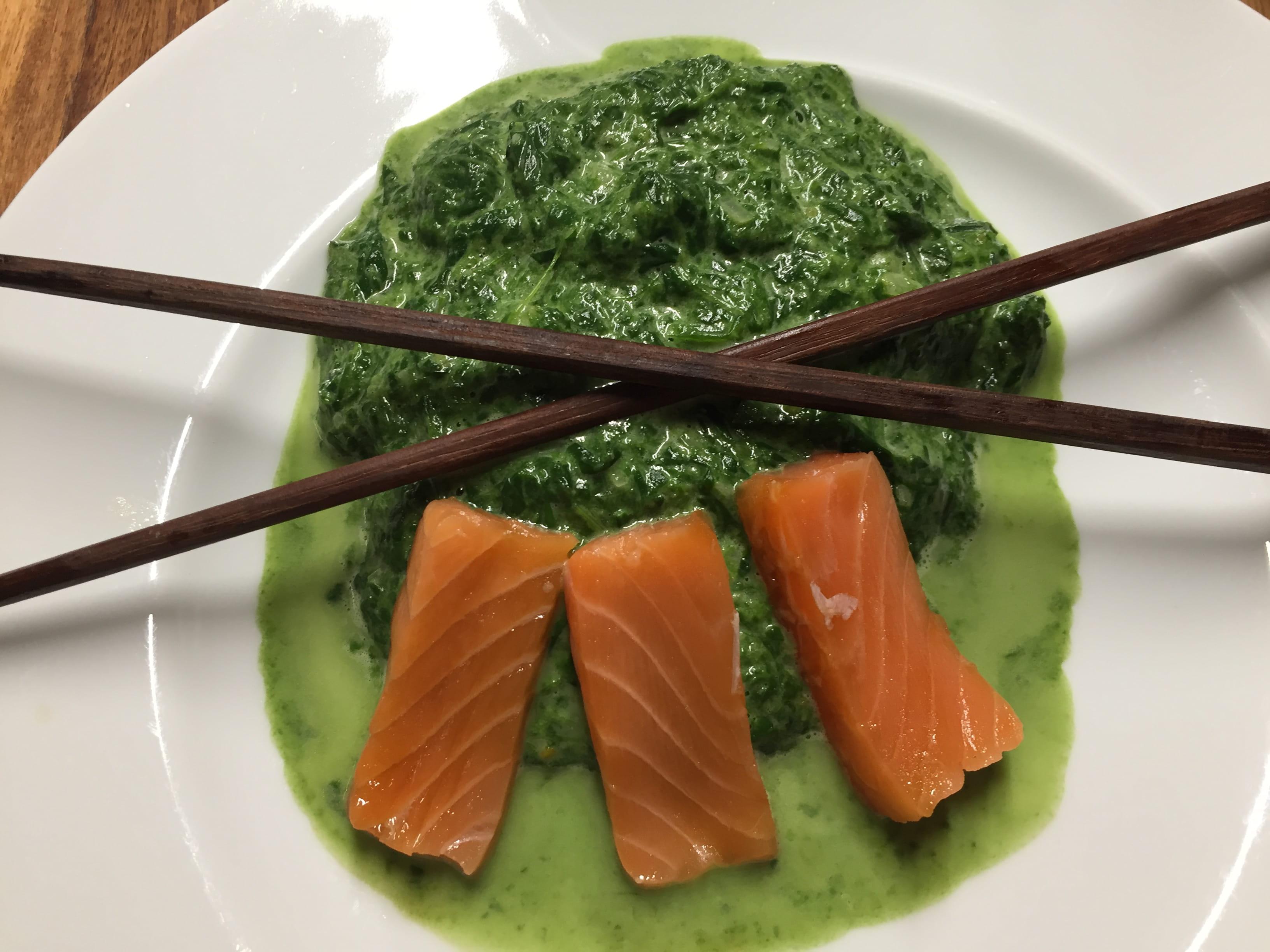Spinat mit dem Blubb mit Sashimi vom Lachs